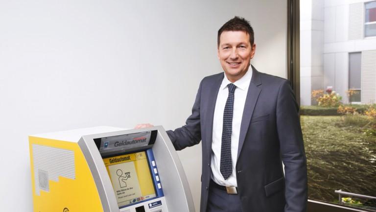 Prosegur Mitarbeiter an Geldautomat