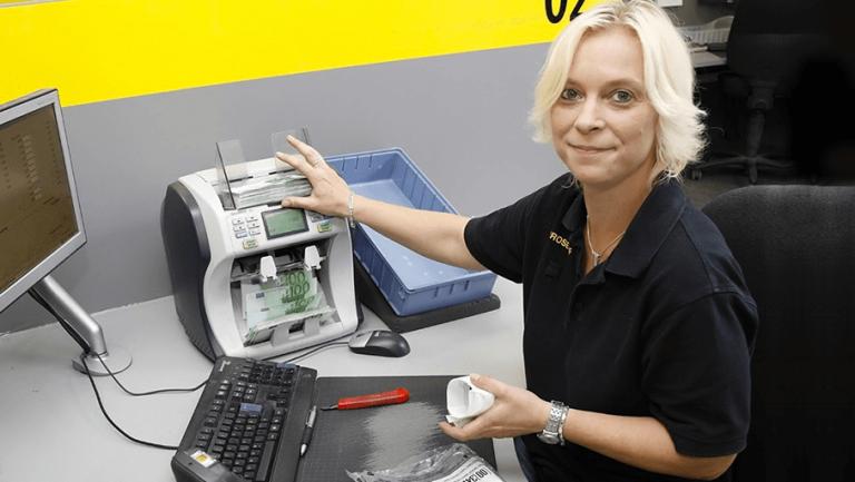Mitarbeiterin im Prosegur Cash Center